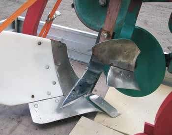 I forsøket ble det prøvd forskjellige metoder for å kutte av toppen til høymola. Dette er kniven som ble forsøkt, men gevinsten i forhold til bare forplog var liten. Foto: Kjell Mangerud