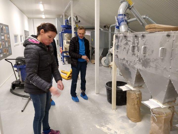 Engasjert gardbruker, møller og ernæringsfysiolog Ingrid Gardseth viser fram anlegget på Telneset. Foto: Liv Solemdal