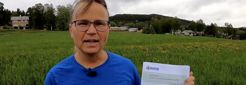 Forsker Reidun Pommeresche står bak Jordlappen, som er en praktisk veileder for å vurdere jordhelse og -kvalitet. Foto: Vegard Botterli
