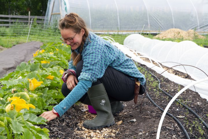 Toolie-Mina Anderback hørte Anders Lerberg Kopstad snakke om regenerativt landbruk på en konferanse i Sverige og ble så fasinert at hun spurte om å få arbeide på Toreshaugen. Foto: Anita Land