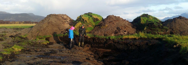 Geir har lagt ned mye arbeid med å grave opp kanaler, sortere og fordele de ulike jordfraksjonene. Foto: Ragnhild Renna, NLR Nord-Norge