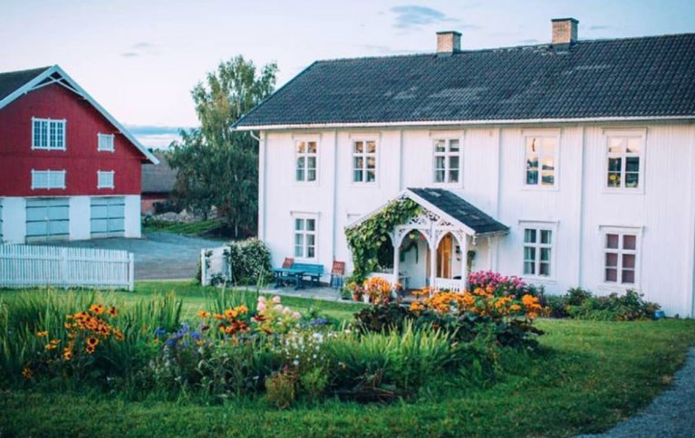 EN AV NORGES STØRSTE: Fokhol Gård er en stiftelse som driver biodynamisk landbruk i stor skala, i tillegg til forsknings og utviklingsarbeid. . Foto: Fokhol Gård