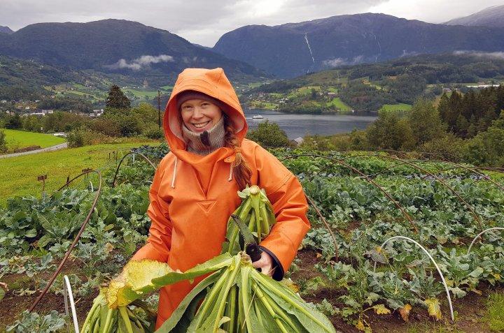 Katinka Kilian eier av Ulvik andelslandbruk, sammen med ektemannen Grzegorz Kramar. Hos dem står det pedagogiske og sosiale aspektet ved økologisk grønnsaksdyrking og småskalaproduksjon sentralt. Foto: Anna Birgitte Milford