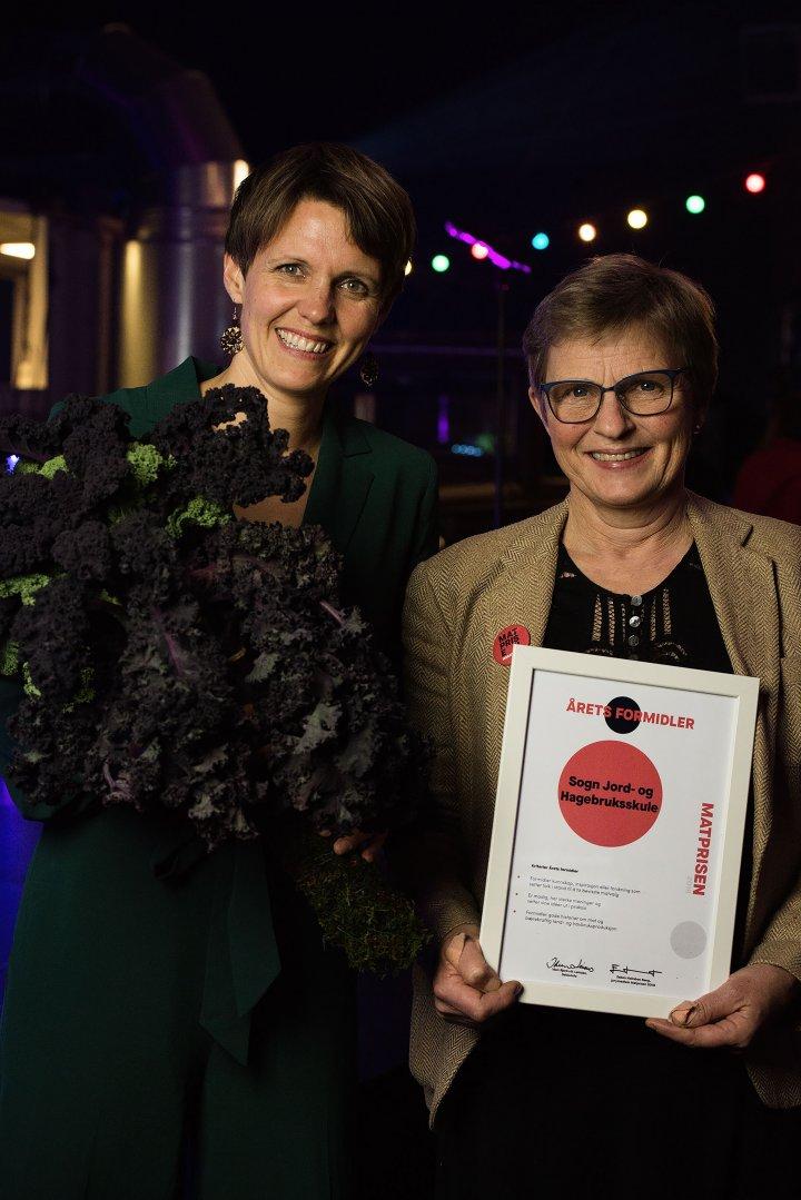 I kategorien Årets Formidler var det Sogn Jord-og Hagebruksskule som gikk av med seieren. Elin Rømo Grande og Gry Takvam mottok prisen. Foto: Debio