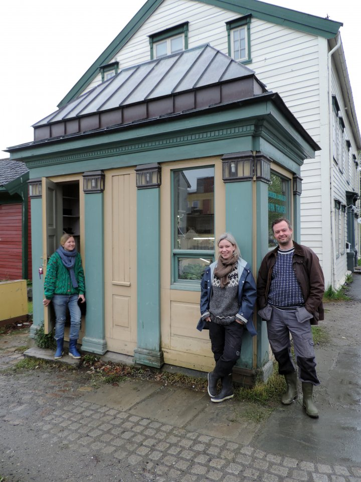 Den over 100 å gamle Tromsø-kiosken fikk nytt liv med grønne oppalsplanter. Fnt å synliggjøre Dyrk Tromsø på denne måten synes Maiken, Berit og Stig. Foto: Kristy McKinnon