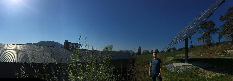 Ingvar Kvande foran det tracker-baserte solcelle-anlegget (9 kWp) på Tingvoll gard. Foto: Anita Land