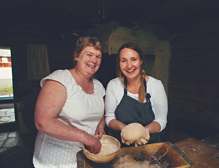 Torunn Bjerkem og Cecilie Røli fra Gullimunn AS vet mye om baking og bakekvaliteten til ulike kornsorter. Foto: Gullimunn AS