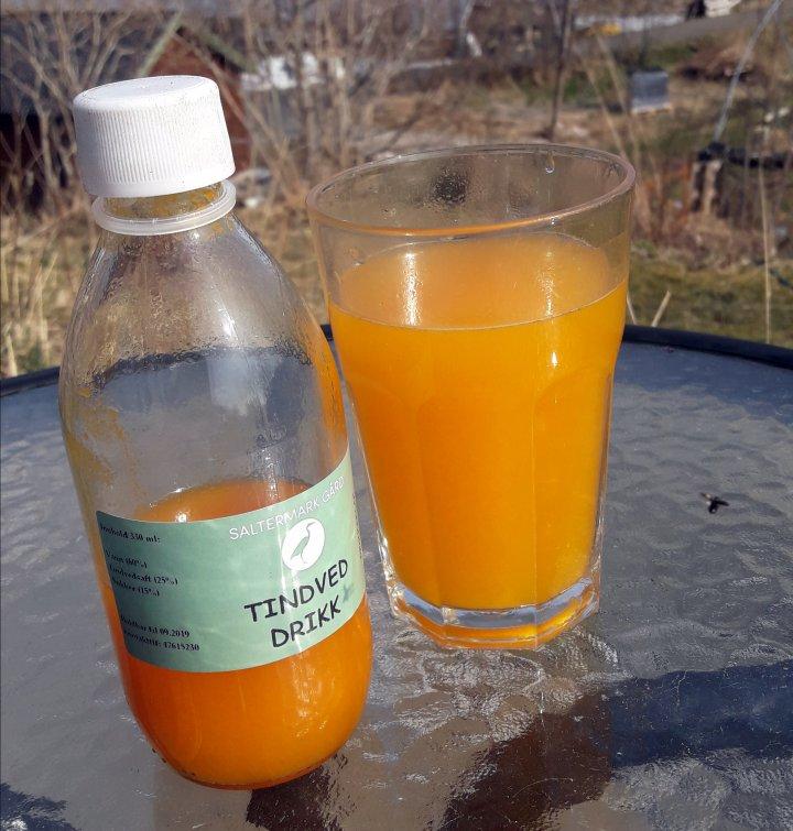 Fruktene av tindved kan gi mange ulike produkter. Dette er tindveddrikk produsert på Helgeland. Foto: Steve Saltermark