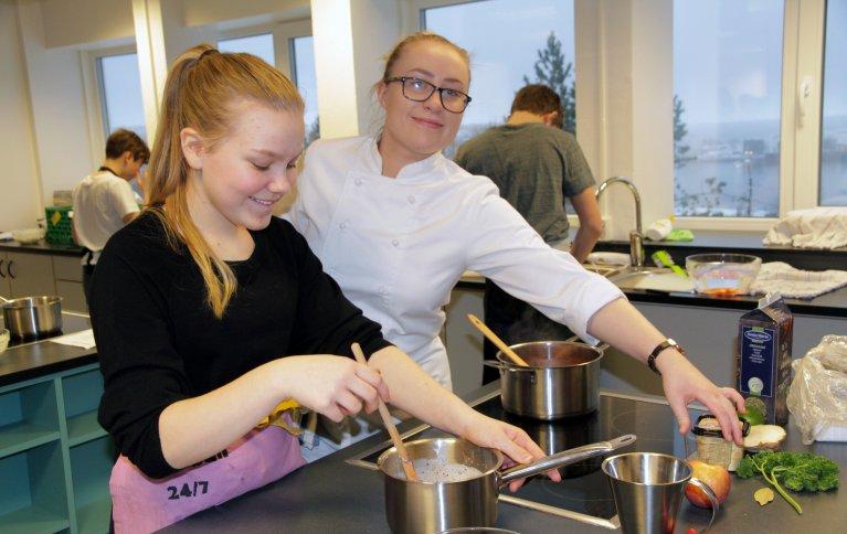 Videregående elever (i kokkeklær) er lærerer for niendeklassinger ved Nordlandet ungdomskole i Kristiansund. Foto: Anita Land