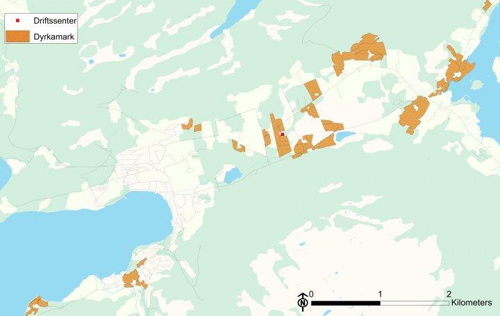 Figur 1: Eksempel på dyrkamarkas beliggenhet i forhold til driftssenteret (avmerket med rødt på kartet). Kartgrunnlag: Statens Kartverk og Skog og landskap. Foto: Unni Støbet Lande