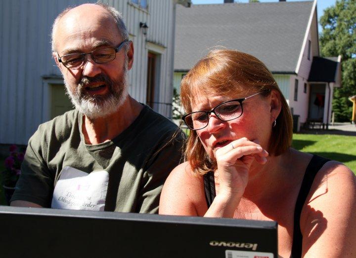 Otto og rådgiver Trine Samuelsen Lænd studerer gode tall fra siste års melkeleveranse. Foto: Eva Pauline Hedegart