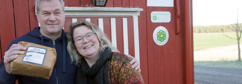 Baker Stig Terje Kristoffersen og kornbonde Torunn Hernes Bjerkem mener at mer norsk korn burde vært brukt til baking. Foto: Anita Land