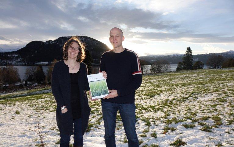 Forskerne Randi Berland Frøseth og Steffen Adler ved NIBIO Tingvoll med rapporten «Kunnskapsbehov i økologisk landbruk». Foto: Jon Schärer