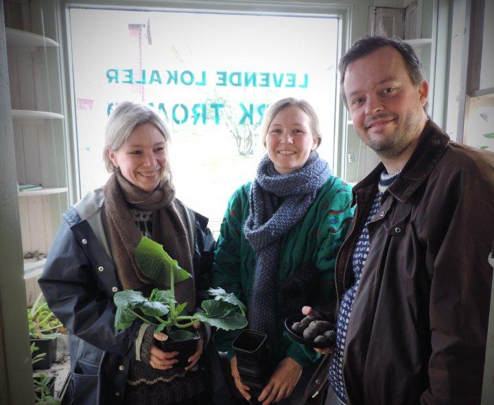 Berit Steenstrup, Maiken Skjørestad Granberg og Stig Krogsæther er pådrivere og deltakere i Dyrk Tromsø. Foto: Kirsty McKinnon