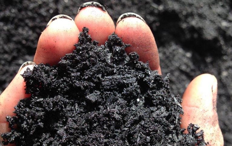 KARBONLAGRING: Biokull fremheves som en effektiv måte å binde karbon i jorda. Foto: Simon Dooley