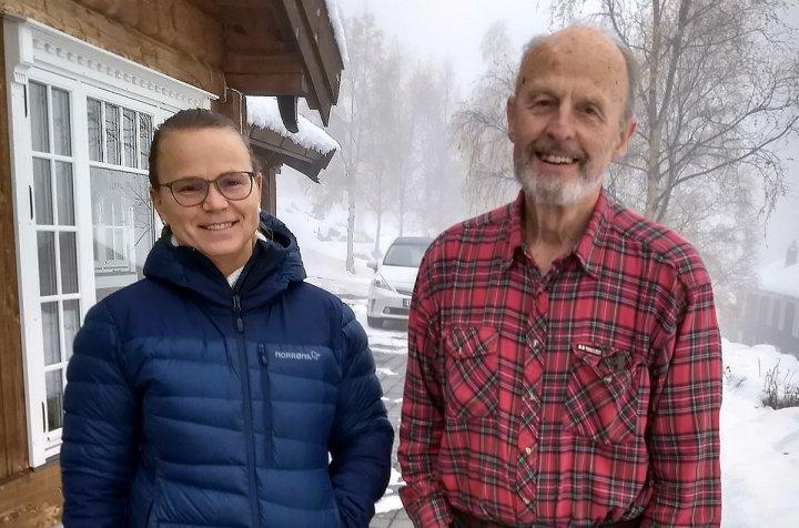 KUNNSKAP I ARV: Anders Hovde har jobbet med forvaltning av myr i en mannsalder. Her med jordforsker Reidun Pommeresche i NORSØK. Foto: Liv Solemdal