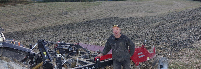 Bonde Kåre Eidsmo i Melhus fra harving mot kveke sist høst. I vår blir det ikke tid til kvekeharving før såing. Foto: Jon Schärer.