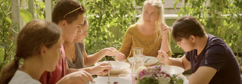 """Skolehagelærer Ane Johnsen tar med seg fire ungdommer ut i kjøkkenhagen for å lære om dyrking av mat og det biologiske kretsløpet i filmen """"Levende jord"""" . Foto: Fra filmen levende jord"""