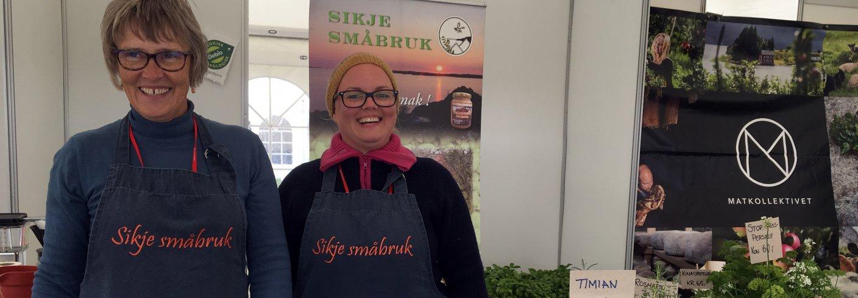 Mor Tove Britt og datter Gina Digernes på Matfestival i Bergen. Sikje småbruk bruker ofte alternative salgskanaler for salg av urter,  honning, epler med mer. Foto: Anita Land