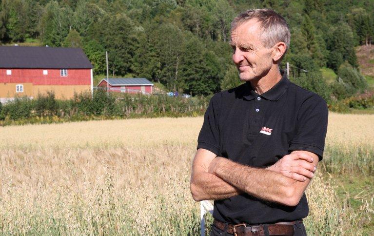 MENNESKEMAT: Arild Mogstad vil dyrke og foredle økologisk matkorn på garden sin i Surnadal i Møre og Romsdal. Foto: Grete Lene Serikstad