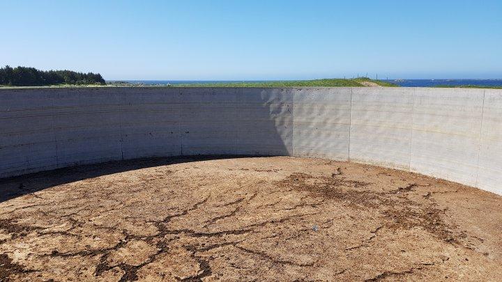 Gjødselkummer uten tak samler opp mye nedbør. Med 28 meter i diameter og 2 meter nedbør blir det over 1000 m3 årlig. . Foto: Ildri Kristine Bergslid
