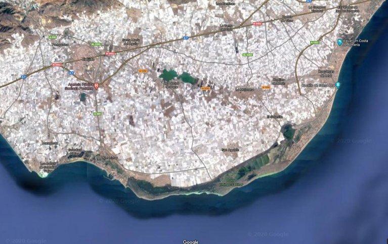 LANDSKAP DEKKET AV PLAST: Område på sørspissen av Spania der landskapet er fullstendig dekket av hvite veksthus av plast.