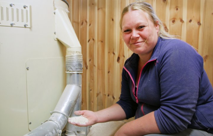 Driftsleder og møller Tina Nilsen ved Sigdal Mølle er spesialist på spesialkorn. Foto: Anita Land