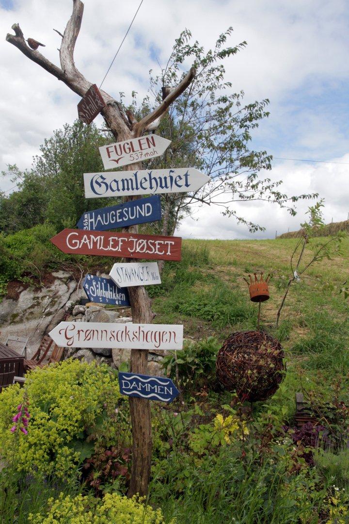 Skilta viser ein del av mangesysleriet på Søre Skogen. Foto: Anita Land