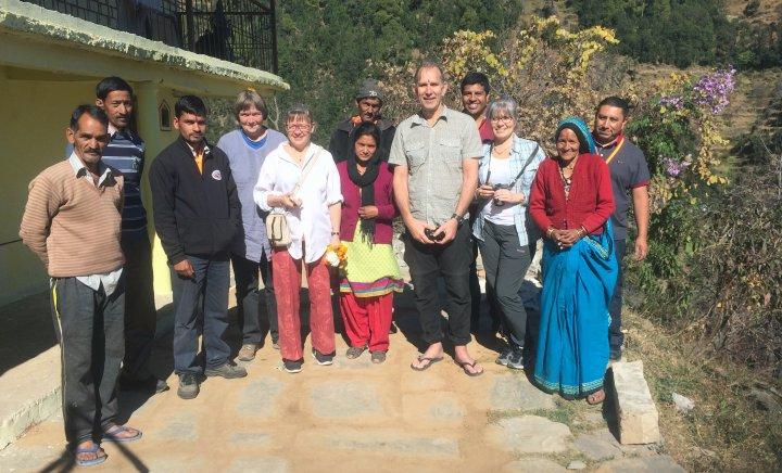 Fire skandinaver på lærerikt besøk i Ramgarh i Himalaya, hos biodynamiske fruktbønder i et kooperativ ledet av rådgivningsorganisasjonen SARG (SUPA Agricultural Research Group). Foto: Anne-Kristin Løes