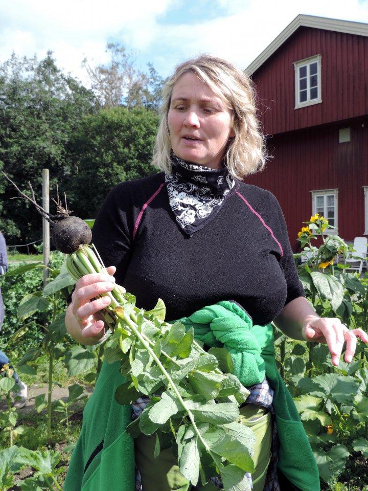 Astrid Sæther driver garden sammen med mannen Halfdan Stendahl og er engasjert av andelslandbruket som gartner. Foto: Kirsty McKinnon